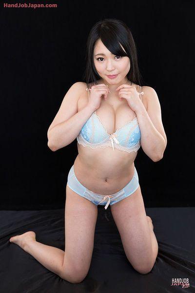 Schön Japanisch weiblich deckt Ihr Titten vor zerren auf ein Schwanz