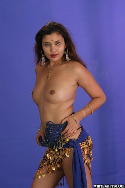 Indian with nice tits Vishnaget a creampie for her seductive dancing in 3some