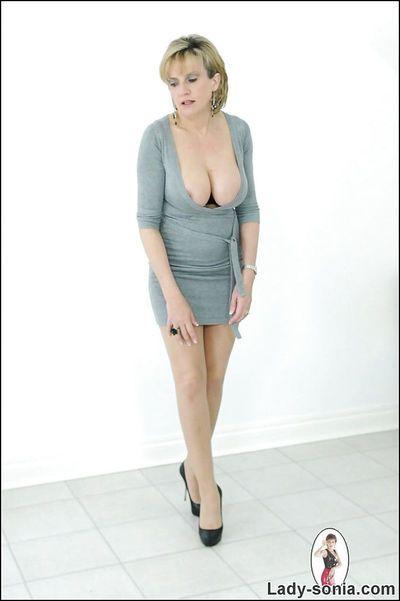 matrure dame sonia pose dans Son bureau vêtements Avec Nu seins