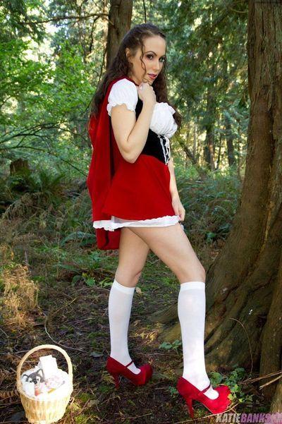 Nghiệp dư. Katie Ngân hàng Nhấp nháy bộ ngực và twat trong rừng mặc đồ như Đỏ cỡi hood