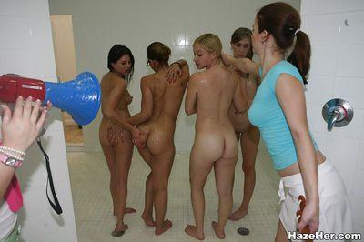 女同性恋 狂欢 与 美丽的 辣妹 舔 每 其他的 出来 同时 在 浴室
