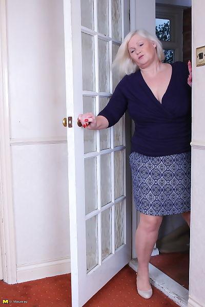 पुराना ब्रिटिश महिला Twerks एक निप्पल के बाद दे उसके saggy स्तन ढीला