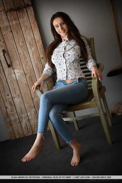 Süß Brünette teen Alisa Amore entfernt BLAU jeans auf Weg zu Modellierung Nackt