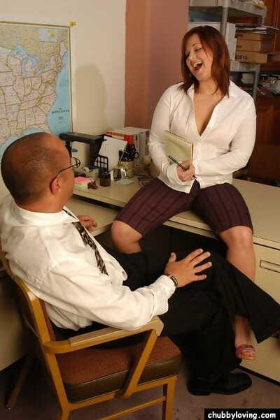 redhead praller Mit Big saggy Titten geben Big Schwanz blowjob in office