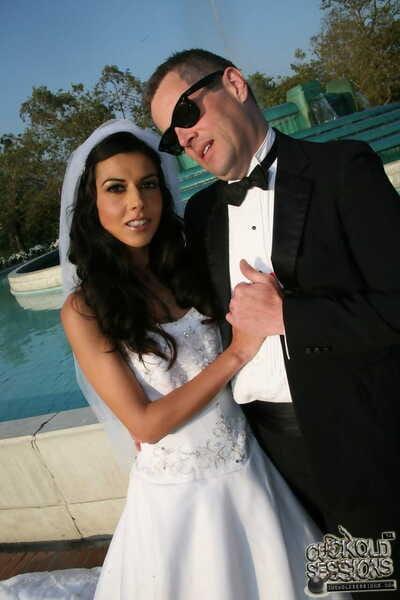 Cuckold Braut Lou Charmelle fickt ein schwarz Fleisch pol auf die Flitterwochen