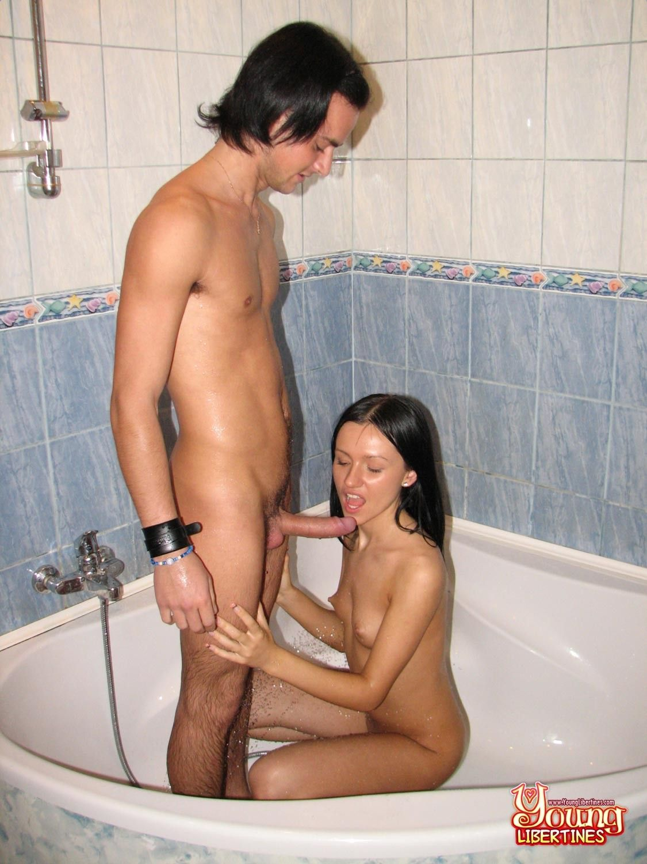 Amateur sex in shower