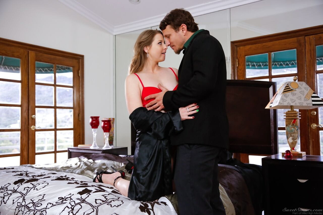 Sexy MILF Sunny Lane gets banged on bed after seducing her man friend