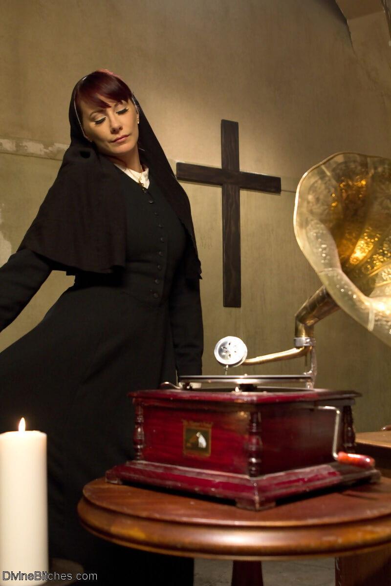 Divine Bitches Alex Adams- Maitresse Madeline Marlowe