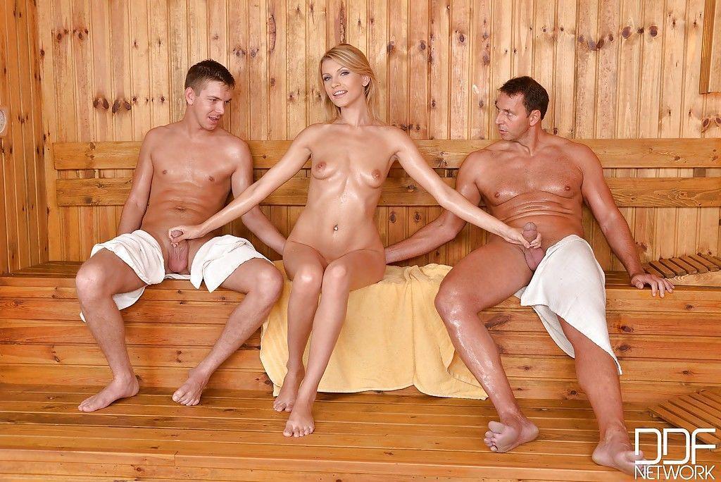 девка дрочит парню в бане