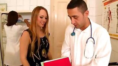 Doctor se coje a su emfermera y a..