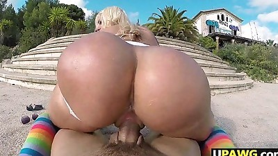 Big Booty Blondie Fesser twerking..