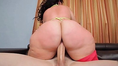 PHAT ASS BBW PLUMPER KNOWS HOW TO..