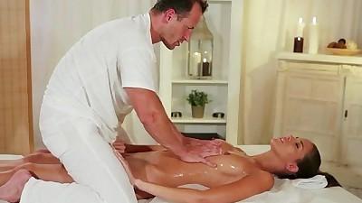Muscle masseur rimming hot brunette