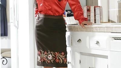 Gorgeous MILF Lisa Ann strips her..