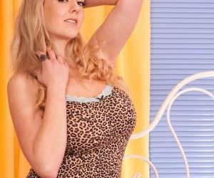 Blonde cougar amateur Sapphire is spreading her legs wide..