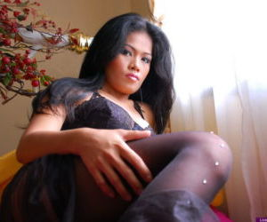 Amateur Asian girl Chubby Divya spreads her pussy in sexy..