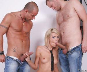 Slim blonde in ripped pantyhose gets blowbanged had..