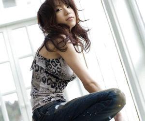 Tempting asian babe Kanako Tsuchiyai stripping off her..