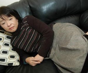 Asian granny Tomoe Nakamachi stripping and taking hairy..