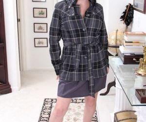 Older broad Arden Delaney strips naked to spread mature..