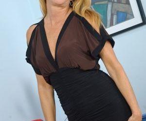 Blonde MILF Jessica Sexxxton displaying great legs before..
