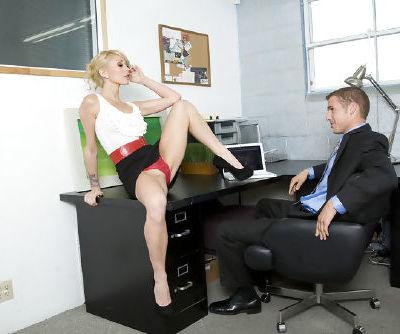Сладкий Блондинка любит сосать огромный Хуй и Имея это стучать ее в Хардкор